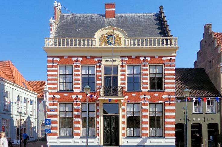 Het prachtige stadhuis uit 1619 is in de loop van de tijd in Nederlandse renaissancistische stijl met opvallende speklagen verbouwd en uitgebreid. De hoofdingang werd in 1770 verplaatst van de Kruisstraat naar de Markt. Op de hoek van de gevel bevindt zich een fraaie oude lantaarn. De laatste ingrijpende restauratie vond plaats in 1979.