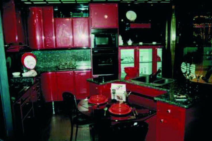 #CocinasRioRemember A principios de los 90 esta cocina fue uno de los escaparates más admirados en Madrid. Laca de alto brillo, con tiradores bañados en #dorado.#mueblesdecocina #fabricantesdecocina #diseñodecocinas #presupuestosonline