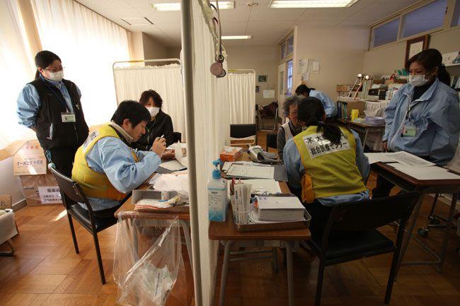 医療機関が流されたため避難所に開設された診療所には途切れることなく住民が訪れる=5日午前10時20分、岩手県釜石市鵜住居町