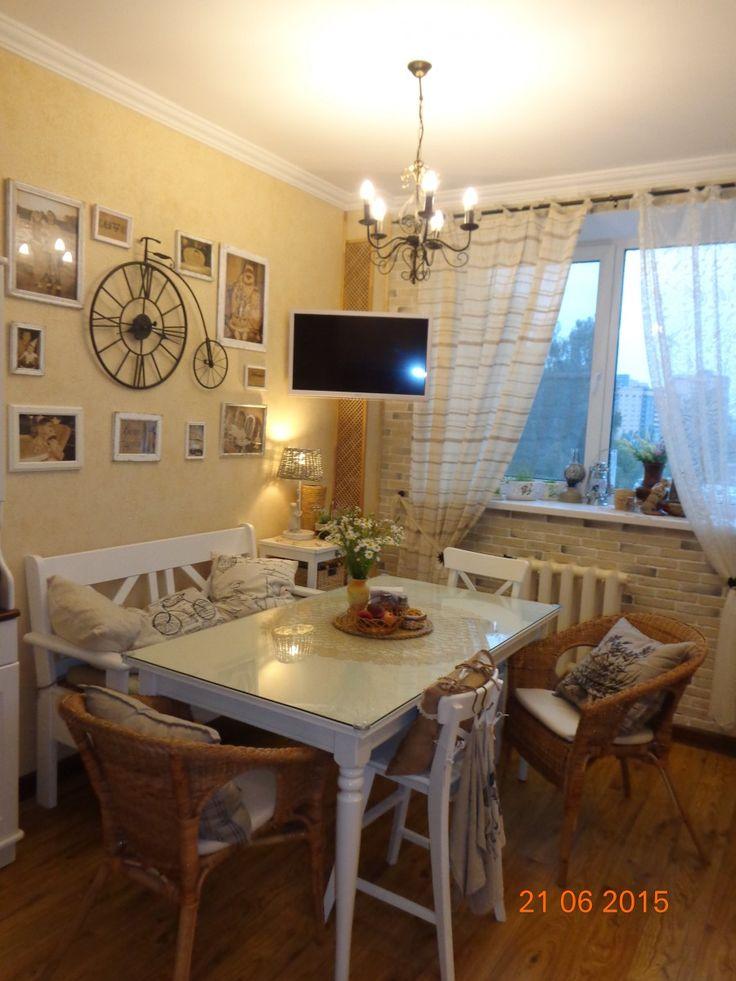 Светлая уютная кухня, белый обеденный стол