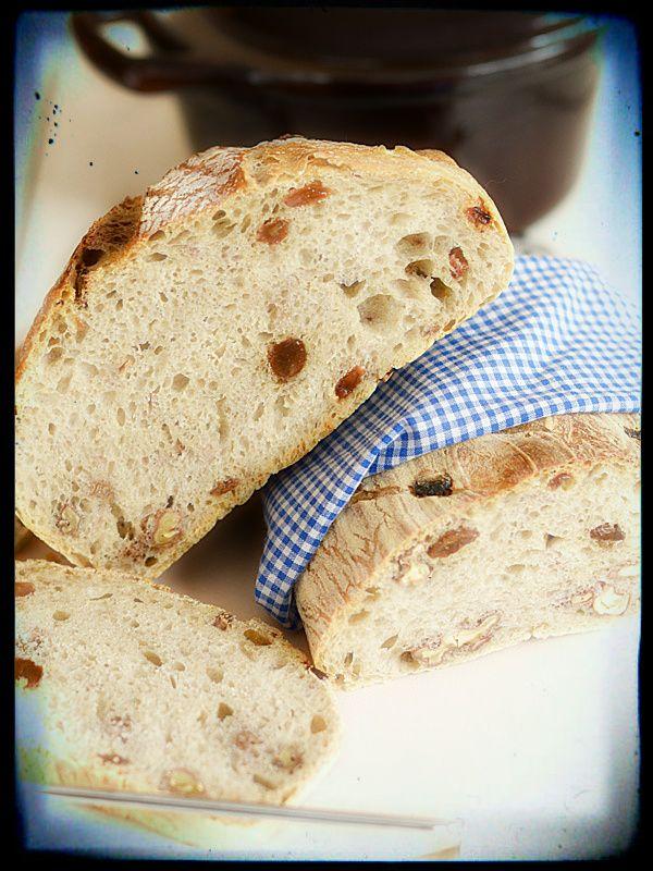 Chleb rustykalny z rodzynkami i orzechami (można go również upiec bez dodatków)
