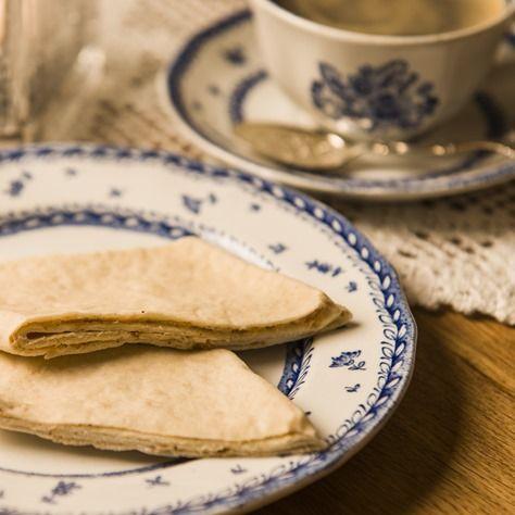 Ingredienser 1 liter kefir 250 g margarin 2 kopper sukker 2 kg hvetemel 2 bs hjortesalt Kling: 750 g margarin eller smør 1 pk melis 1 boks lettrømme kanel eller vaniljesukker etter smak Tilberednin…