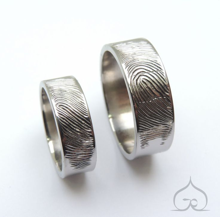 Trouwringen in titanium met vingerafdrukken, met de hand gegraveerd.  trouwring, trouwringen, trouwen, verlovingsring, titanium, goud, zilver, diamant, briljant, goudsmid, edelsmid, juweelontwerp, juweelontwerper, ontwerpen, bruiloft, bruid, trouwfeest