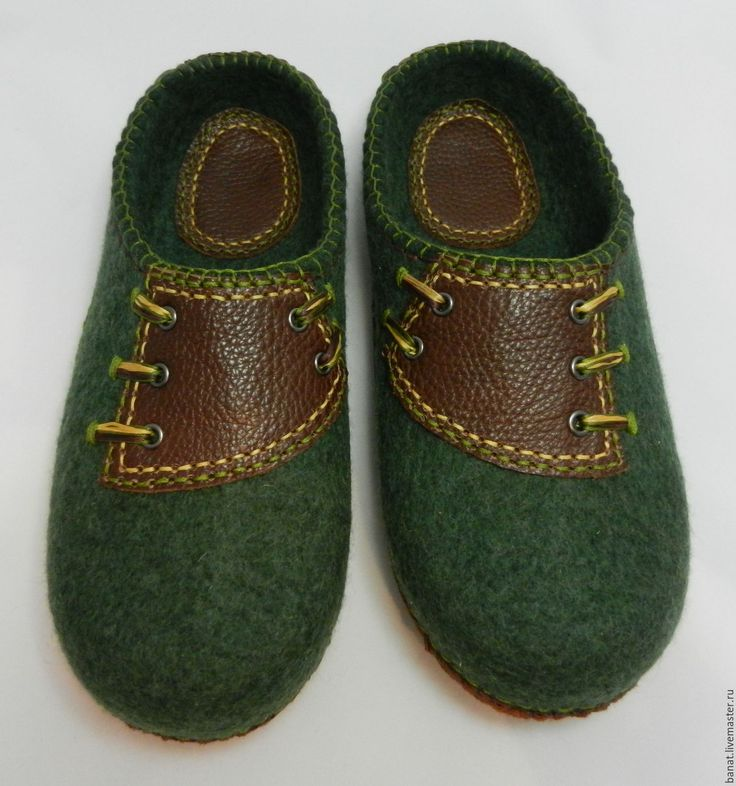 Купить или заказать Тапки валяные домашние мужские 'Темно-зеленые' в интернет-магазине на Ярмарке Мастеров. Тапки валяные мужские с низким задником. Сваляны из овечьей шерсти, отделка - натуральная кожа. Подошва - натуральная кожа - приклеена и пришита вощеными нитками. Легкие, теплые, уютные. Цвет шерсти - глубокий темно-зеленый, кожа - теплый коричневый.