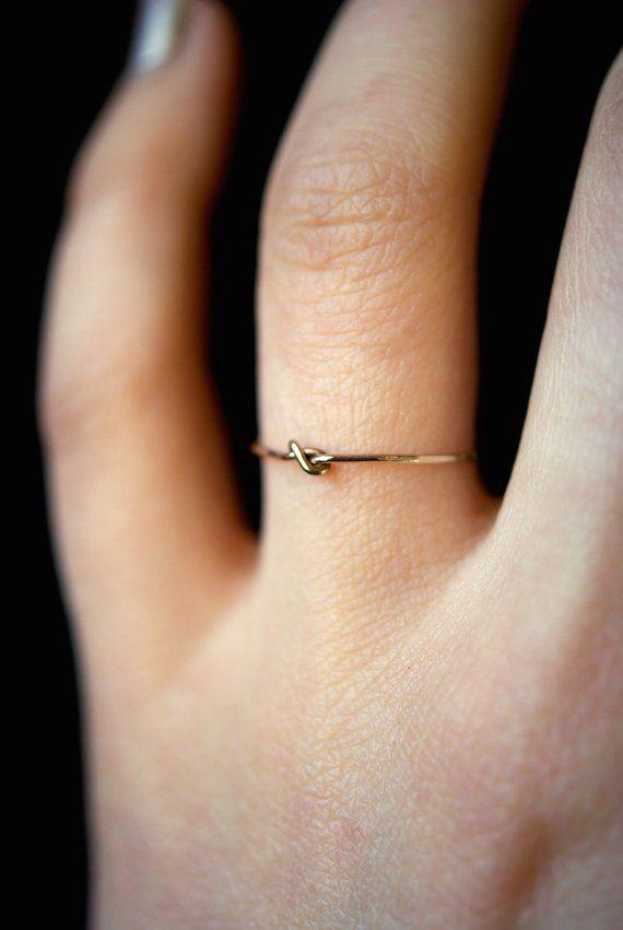 Kleine Ultra Thin geschlossen-Knoten-Ring in 14kt Gold gefüllt, zarter gold Ring, gold Stapelring, Knoten-Ring, kleine geschlossene knotenring