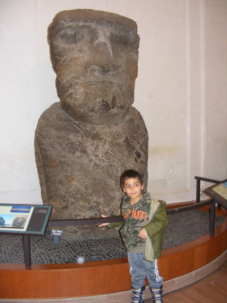 Posing with a Moai from Easter Island at the @smithsonian National Museum of Natural History, Washington D.C.