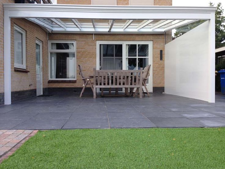 Profiline veranda geplaatst in Genemuiden. Met glazen dak en een klassieke gootsierlijst.