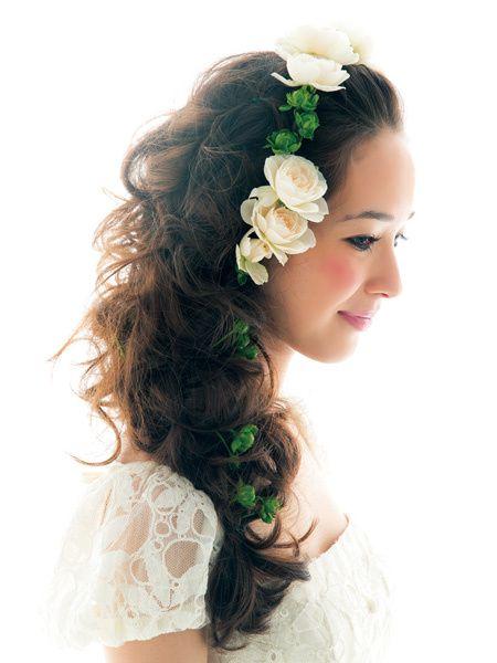 生花をあしらったハーフダウンでロマンティックに!/Side|ヘアメイクカタログ|ザ・ウエディング
