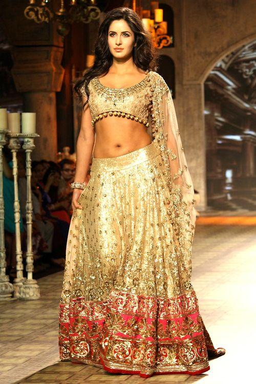 1.) Look at belt on lehnga: This will avoid it from bunching up around waist (vs. having it tied directly from the waist). 2.) Look at the motif ALL the way at the bottom of lehnga (only the last portion on the dark pink): That should be good enough on plain banarsi weave up top.