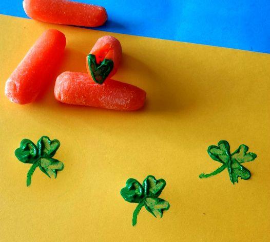 5. Отпечатки картошкой, морковкой, яблоком Вкусные овощи и фрукты тоже умеют рисовать. Необходимо только придать им нужную форму, подобрать подходящий цвет краски, кистью окрасить и сделать красивый отпечаток на декорируемой поверхности.  Материалы: 1.Овощ/фрукт 2.Краска 3.Кисть 4.Бумага 5.Баночка для воды