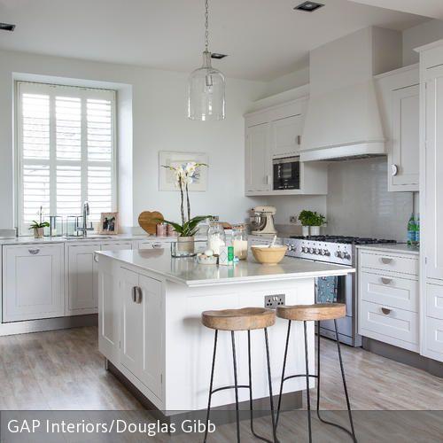 Eine kücheninsel lässt sich mit einer bartheke erweitern das schafft eine entspannte und lässige atmosphäre