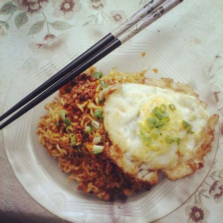 Kadang sarapan sederhana seperti mie goreng ceplok telur tetap menjadi teman yang enak di pagi hari.
