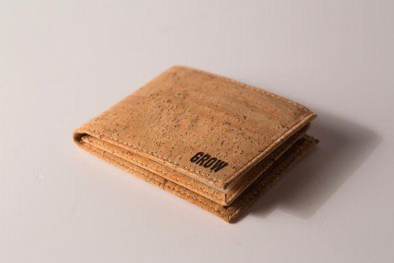 Dieses einzigartige Mode, ist hohe Qualität Kork-Leder-Geldbörse, natürliche, umweltfreundliche und Vegan Produkt. Einfach atemberaubend Vegan Geldbeutel ist ideal für den täglichen Gebrauch. Mit einer hervorragenden Textur ist diese Geldbörse extrem leichte undurchdringlichen für Flüssigkeiten und Gase, elastisch und komprimierbar, sehr widerstandsfähig gegen Feuer und sehr widerstandsfähig gegen Abnutzung mit diesen Eigenschaften machen diese Brieftasche einzigartig.  Es wird ein tolles…