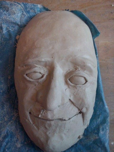 Hier is de mond af maar het gezicht ziet er nog niet zo leuk uit want het is nog niet mooi glad dus ga ik mijn masker de volgende les mooi maken.