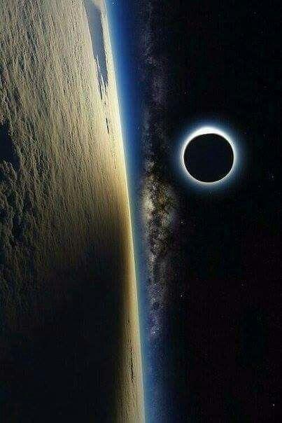 Eclipsă solară văzută din spațiu.