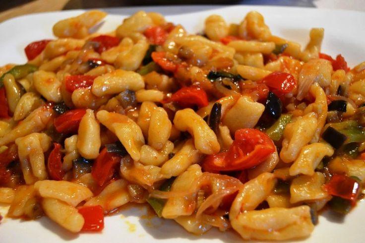 Il ragù di verdure è l'idea giusta per una bella pasta asciutta estiva: è leggero, profumato e ricco di colore, e anche facile da fare.  Inoltre, potete usarlo anche per preparare un'ottima pasta fredda.