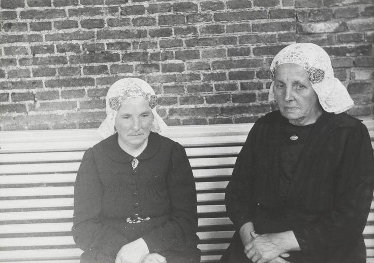 Twee vrouwen in Drentse streekdracht uit Zuidwolde. 1944 #Drente