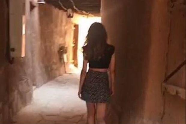 Wanita Arab Saudi pakai skirt mini dan baju singkat disiasat polis   SEORANGwanita Saudi yang memuat naik video dirinya memakai skirt mini dan baju singkat di tempat awam sedang disiasat oleh polis agama negara itu.  Model wanita yang dinamakan Khulood itu bersiar-siar di tempat bersejarah di Ushayqir lalu memuat naik klip tersebut di laman sosial Snapchat.  Ushayqir Heritage Village yang terletak kira-kira 154 kilometer dari Riyadh adalah salah satu wilayah paling konservatif di Arab Saudi…