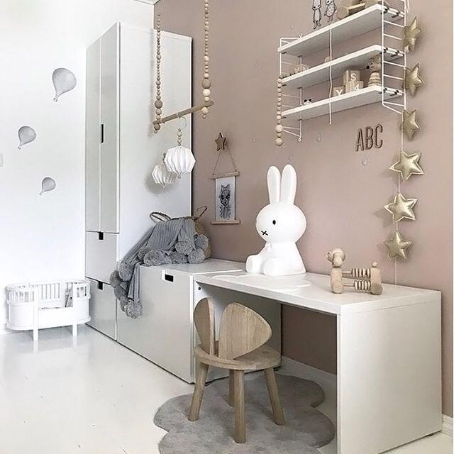 Frohe neue Woche! Wir lieben dieses hübsche kleine Mädchenzimmer von Siv Lorgen. String Taschenregal und Miffy-Lampe sind in unserem Online-Shop erhältlich. #Kind…