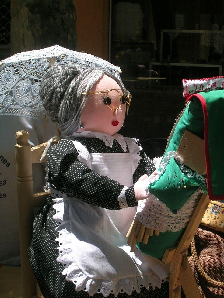 Nina puntaire / muñeca encajera / Poupée dentellière / lacemaker doll