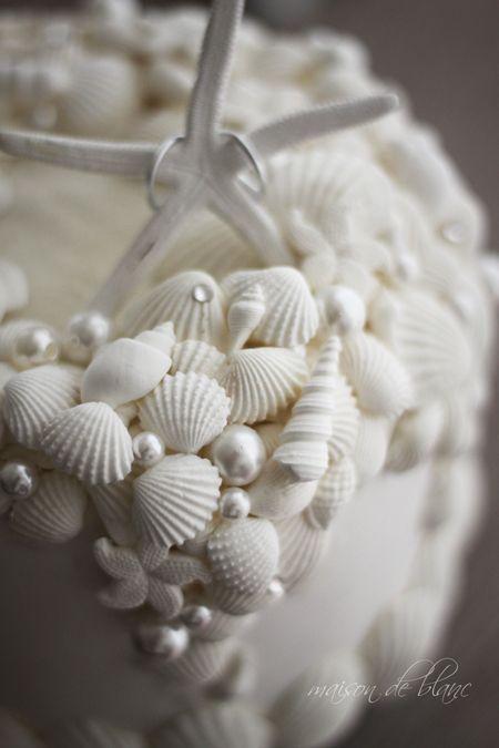 http://ameblo.jp/clay-macaron/ リゾートウェディングにぴったりなクレイケーキのリングピローです。(作ってみたい)