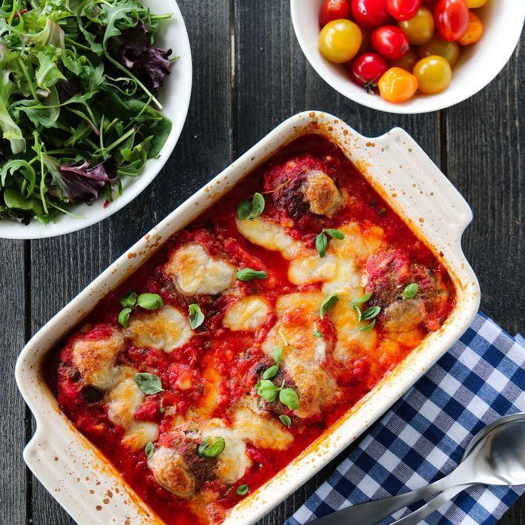 ITALIENSKE KJØTTBOLLER I TOMATSAUS  Hatt ca 2 ta salt til 800 gr karbonadedeig. Litt cayennepepper. 6-8 ss tørket loff. Etterstek i ovn 10 min