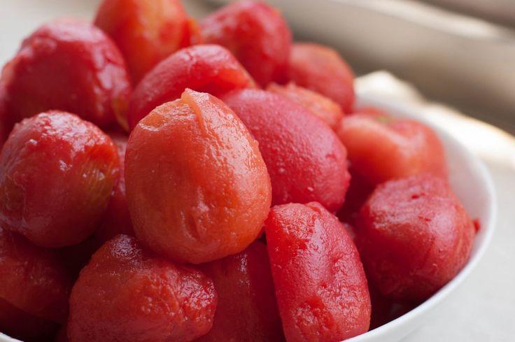 Fazer tomate pelado em casa é muito fácil! Encontrei na feira tomates italianos por R$2,00 o kg, em uma época que ando pagando 3x este valor no hortifruti aproveitei e trouxe alguns kgs para casa. Parte deles fiz tomates pelados... #comoconservartomate #comotiraracascadotomate #conservatomatepelado