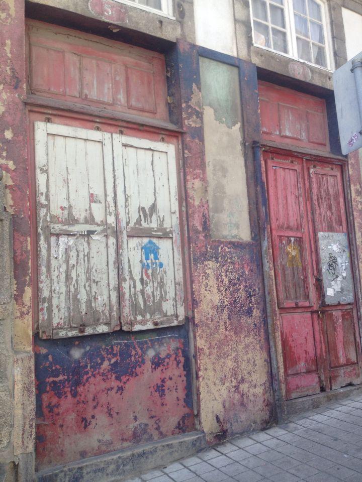Oude houten deuren met prachtige kleuren in Portugal.