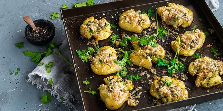Poteter smaker nydelig med hvitløkssmør og parmesan. Oppskrift på knuste poteter med hvitløkssmør og parmesan.