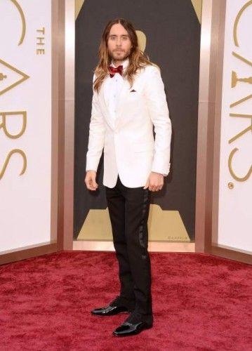 Jared Leto: Τα κατάφερε και κέρδισε το Όσκαρ Β' Ανδρικού Ρόλου, επιβεβαιώνοντας όλες τις προβλέψεις που τον ήθελαν ως το απόλυτο φαβορί. Ο ίδιος εμφανίστηκε στο κόκκινο χαλί μαζί με τη μαμά του και τον αδερφό του, φορώντας Saint Laurent tuxedo, με Piaget ρολόι και Neil Lane κοσμήματα. #Oscars