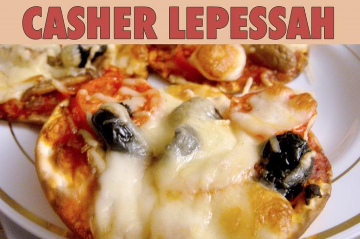 """La recette: Pizza de Pessah, via le site """"Les Recettes de ma Mère"""" (casher lepessah,entrée,fêtes juives,fromage,halavi,matsa).  http://lesrecettesdemamere.net/recette/pizza-matza-pessah/"""