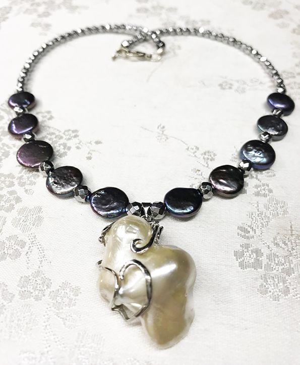 c955e52813ad Collar de perlas planas grises con colgante de perla barroca.