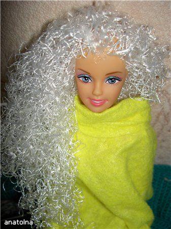 Кто из нас в детстве не стриг кукол? Я остригла как минимум трех и все ждала, когда же у них отрастут волосы. Волосы так и не отросли, пришлось повязывать куклам на головы косынки. Ваши дети тоже пробуют себя в роли парикмахеров? Не беда! Сейчас вы узнаете, как можно с