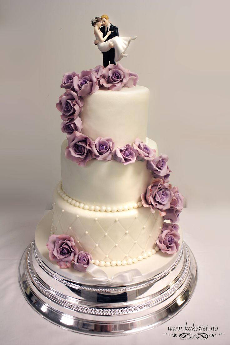 Wedding cake with purple roses. Sjokoladekake med bringebærmousse og oreokrem,sveitsisk marengs-smørkrem med belgisk sjokolade. Trekk og pynt i marshmellowsfondant:) Wedding cake with purple roses,all edible.