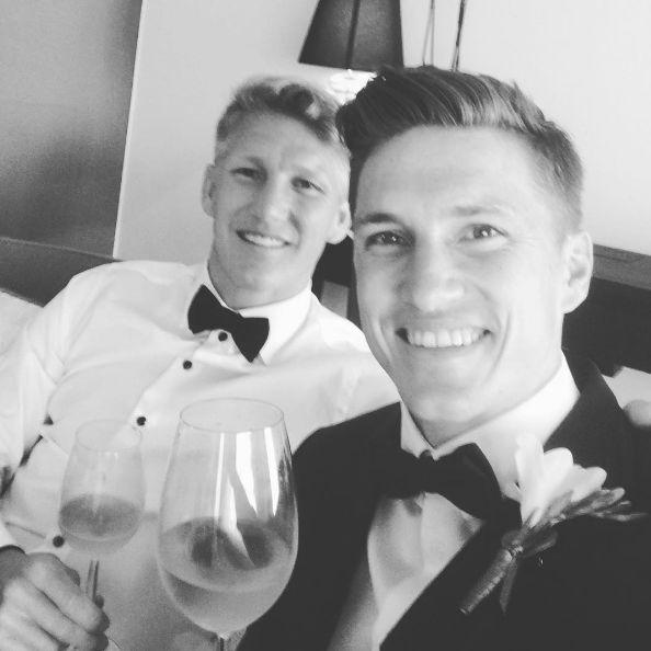 Hier prostet uns Tobias Schweinsteiger (r.) zu, der ältere Bruder von Bastian Schweinsteiger. Auf Instagram schreibt er an den frisch verheirateten Nationalspieler gerichtet: