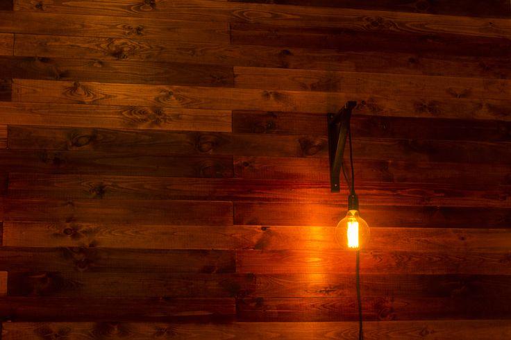 Wooden wall + Edison lamp
