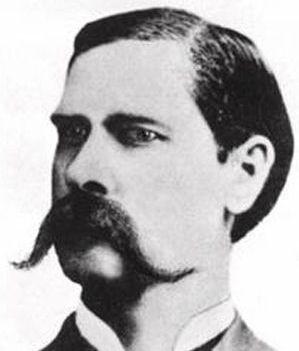 Tipos de bigotes - Wyatt Earp. Sus hermanos lo llevaban muy semejante. Wyatt se lo fue dejando crecer a lo largo del tiempo, no siempre lo tuvo tan largo como en la imagen.