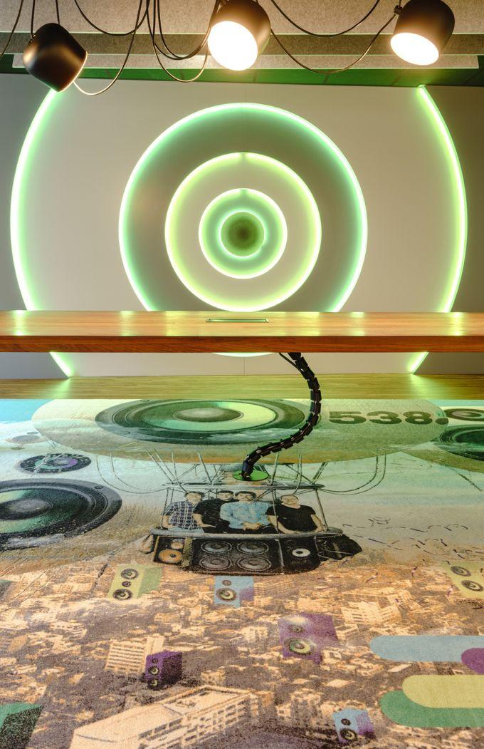 Op verzoek van Talpa Radio een geprint tapijt met eigen ontwerp ingelegd in een nieuwe PVC vloer