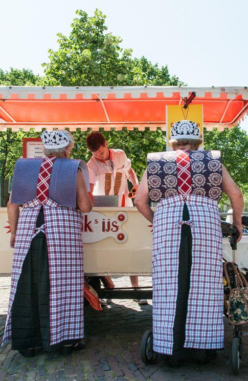 Toen de twee dames aan het ijsje zaten te likken vroeg ik of ik een foto van hen mocht maken. De ene dame ontplofte bijna, ik word gek van al die mensen die een foto van mij willen maken, koop maar een kaart in de winkel verderop. De andere dame wilde wel op de foto maar niet alleen! Als je dan een foto van ons wilt maken, dan moet je dat maar stiekem doen. Dat had ik dus al gedaan, het was weer een leuke ontmoeting op straat, dit keer in Spakenburg. #Utrecht #Spakenburg