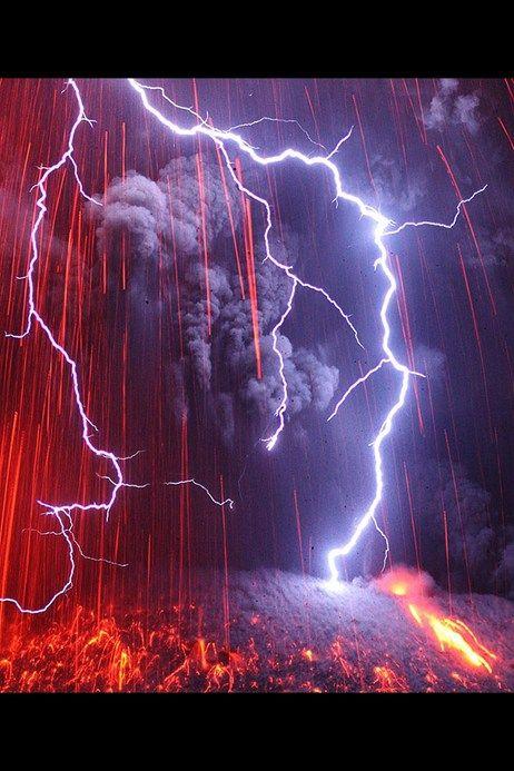 稲妻と噴火の驚くような画像は、Photoshopで合成された写真ではない。2013年2月に、日本南部にある桜島でマーティン・リーツが撮影したものだ。