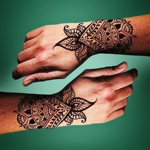 Henna Tattoo Design... had an artist do tattoos like this at my daughters birthday party.                                                                                                                                                     Más