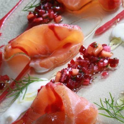 Σολομός μαριναρισμένος σε στυλ gravlax με ούζο, μάραθο, παντζάρι και μάνγκο