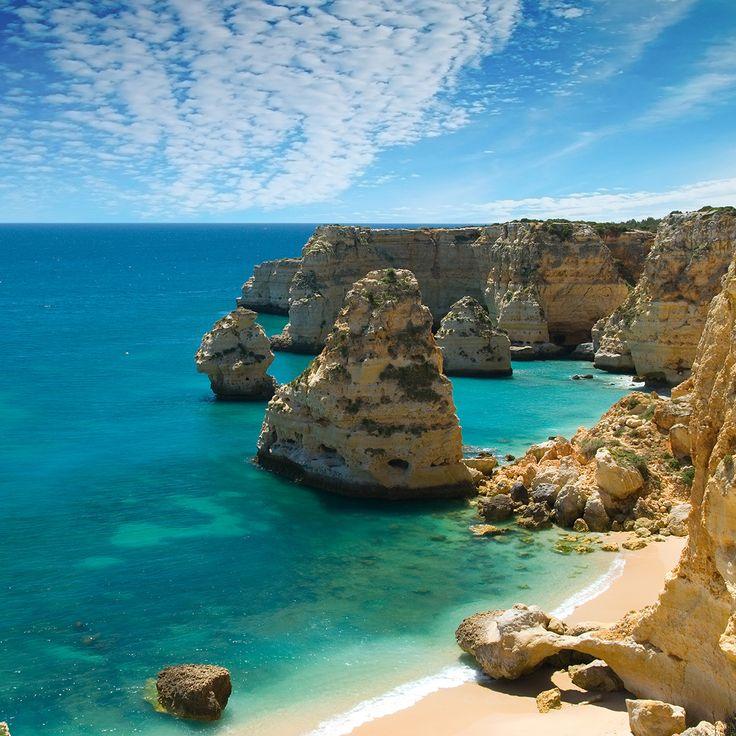 De Algarve. Deze streek heeft maar liefst 2700 zonuren per jaar! De goudgele zandstranden en fascinerende rotsformaties maken deze kust één van de mooiste van Europa. Pittoreske vissersdorpjes en leuke badplaatsen wisselen elkaar af en de excursiemogelijkheden zijn eindeloos.