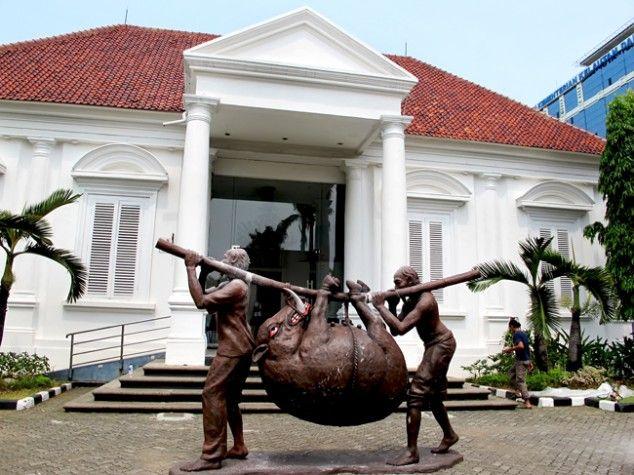 Works by Indonesian fine arts master Djoko Pekik are currently on display at the National Gallery in Jakarta (October 2013). (JG Photo/Sylviana Hamdani) - The Jakarta Globe