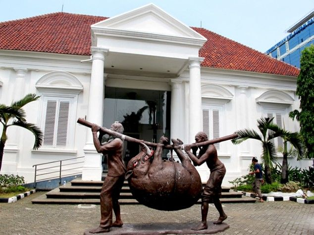 Works by Indonesian fine arts master Djoko Pekik are currently on display at the National Gallery in Jakarta (October 2013). (JG Photo/Sylviana Hamdani) - The Jakarta Globe