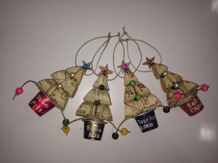 Arbol de Navidad para colgar en nuestro árbol de Navidad! Corchos de botellas de vino y cápsulas nespresso!