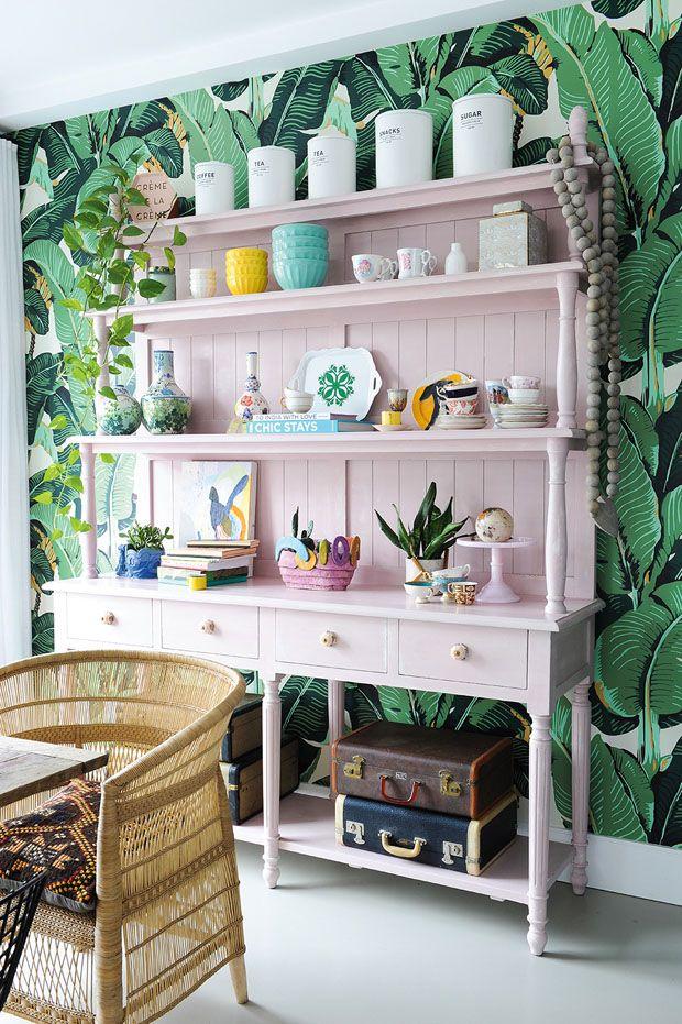 Un vaisselier d'un rose millénaire — trouvé chez Winners et repeint par Sara — ancre la salle à manger et souligne le sens des couleurs de l'artiste.Entrez à l'intérieur du loft d'une artiste de Vancouver en cliquant ici.