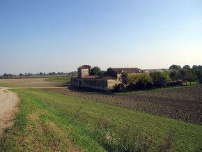 Il Grande Fiume, il Po, che attraversa la pianura padana anche a Mantova, è l'elemento distintivo dell'Oltrepò Mantovano e l'espressione con la quale gli ci si rivolge qui, Pado Patri, richiama alla mente la fertilità delle terre che lo circondano.Boschi, acquitrini e paludi intorno al Po vennero, infatti, regolamentati fin dall'epoca etrusca e romana con opere di bonifica, di erezione di argini  di irrigazione e di lottizzazione dei terreni, rendendo queste terre tra le più feconde del…