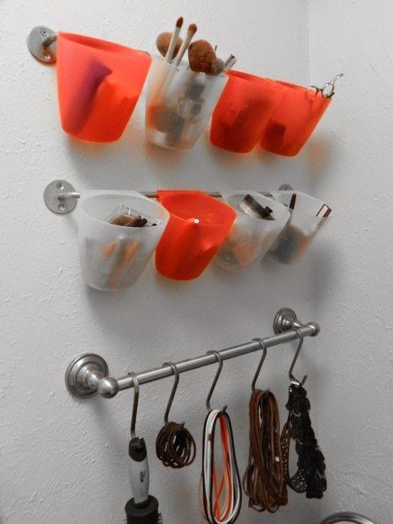 Organizar baños pequeños puede ser un caos, sobre todo si no tenemos espacio para guardar todas las cosas que necesitamos. Si crees que tu cuarto de baño es tan mini que no cabe ni un alfiler, en este artículo te ofrecemos alternativas originales y divertidas que te ayudarán a organizar un baño pequeño sin mucho …