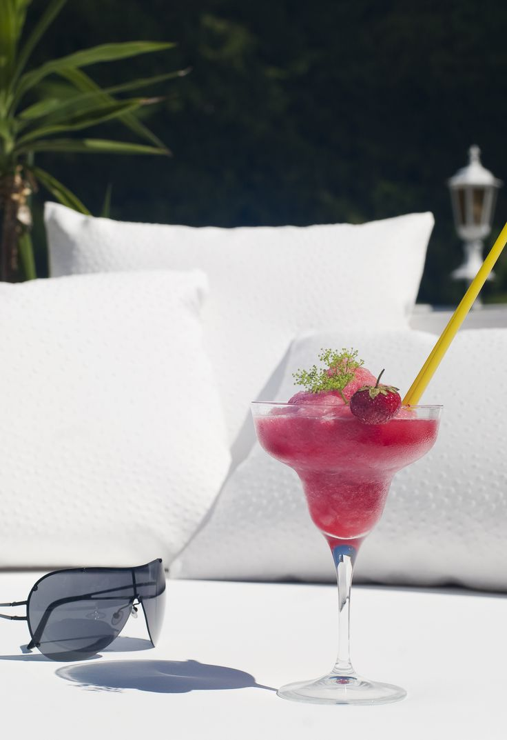 Life & Spa Hotel Stefanie | Boutique Hotel | Austria | http://lifestylehotels.net/en/life-spa-hotel-stefanie | outside, terrace, cushion, cocktail, fancy